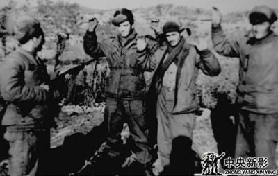 刘德源、苏中义、孙树相在朝鲜前线俘虏三名美国兵