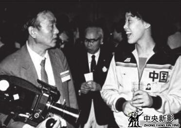 新影摄影师沈杰(左) 拍摄 《拼搏——中国女排夺魁记》
