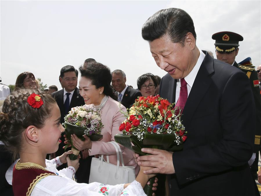 BELGRADE, June 17, 2016 (Xinhua) -- Chinese President Xi Jinping (R front) and his wife Peng Liyuan are greeted by Serbian children with flowers upon their arrival at the airport of Belgrade, Serbia, June 17, 2016. Xi started a state visit to Serbia Friday.(Xinhua/Lan Hongguang)