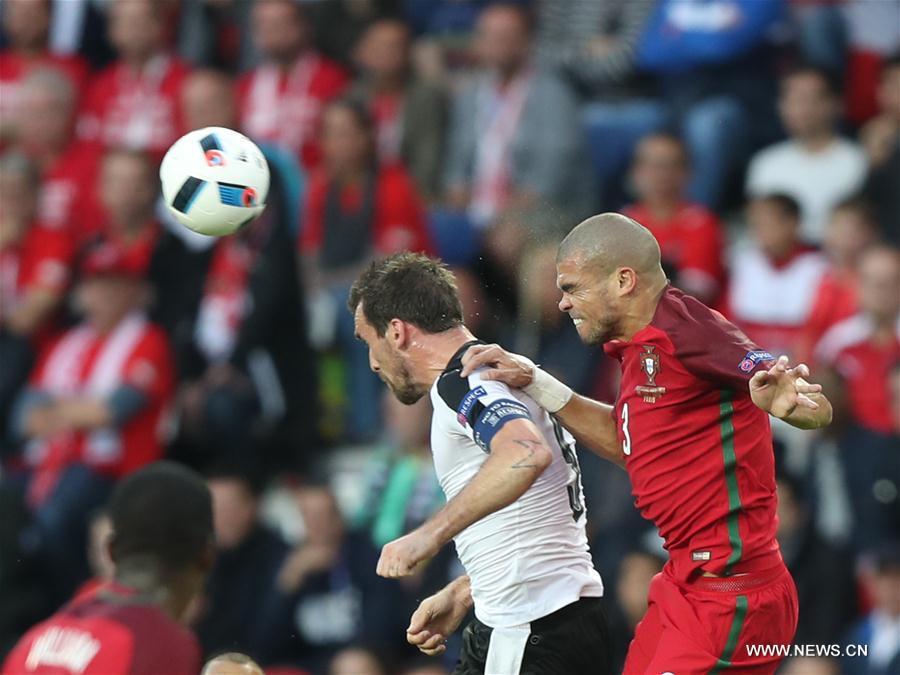 PARIS, June 19, 2016 (Xinhua) -- Pepe (R) of Portugal vies with Christian Fuchs of Austria during the Euro 2016 group F soccer match between Portugal and Austria in Paris, France, June 18, 2016. (Xinhua/Bai Xuefei)