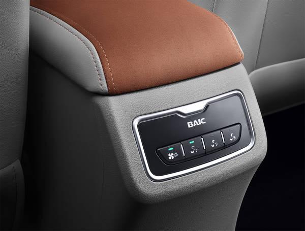 与宝骏730等竞品相比,幻速H3F在标配方面同样厚道,不仅全系标配透镜大灯、炮筒式前雾灯、LED日间行车灯、16寸铝合金轮毂、生态超纤绒内门扶手、多功能方向盘、带一键下降的四门电动车窗、ABS+EBD等实用配置,甚至还有常在豪华版甚至顶配车型上才出现的倒车影像、8寸彩屏GPS导航、蓝牙系统和皮质座椅等越级配置,相当给力!