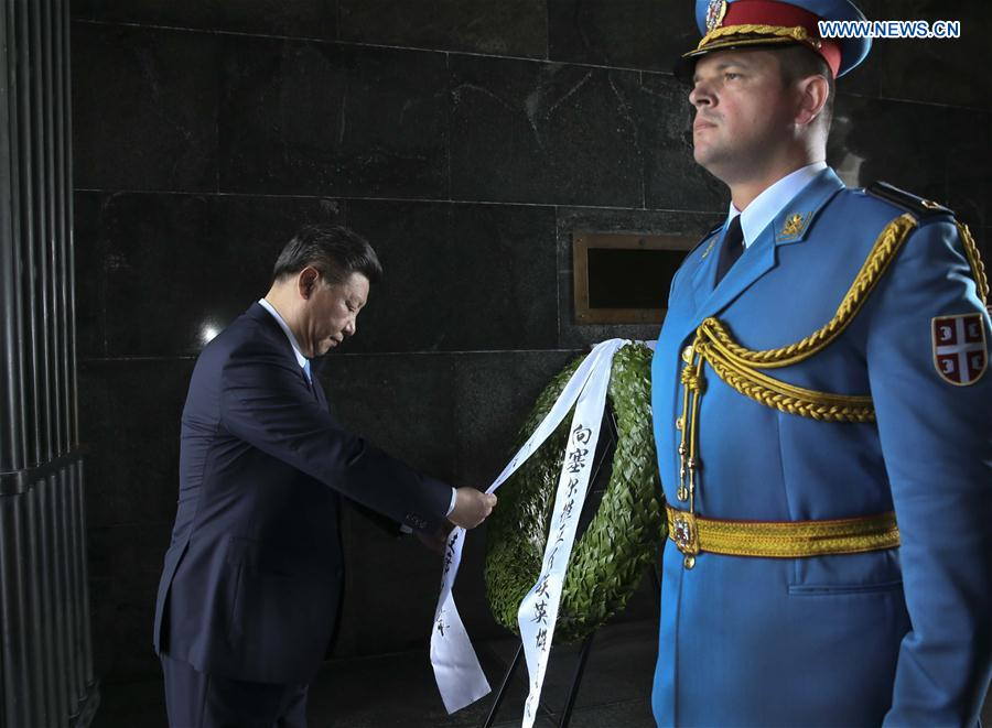 Chinese President Xi Jinping (L) lays a wreath at the monument of the unknown soldier on Mount Avala in Belgrade, Serbia, June 19, 2016. (Xinhua/Lan Hongguang)