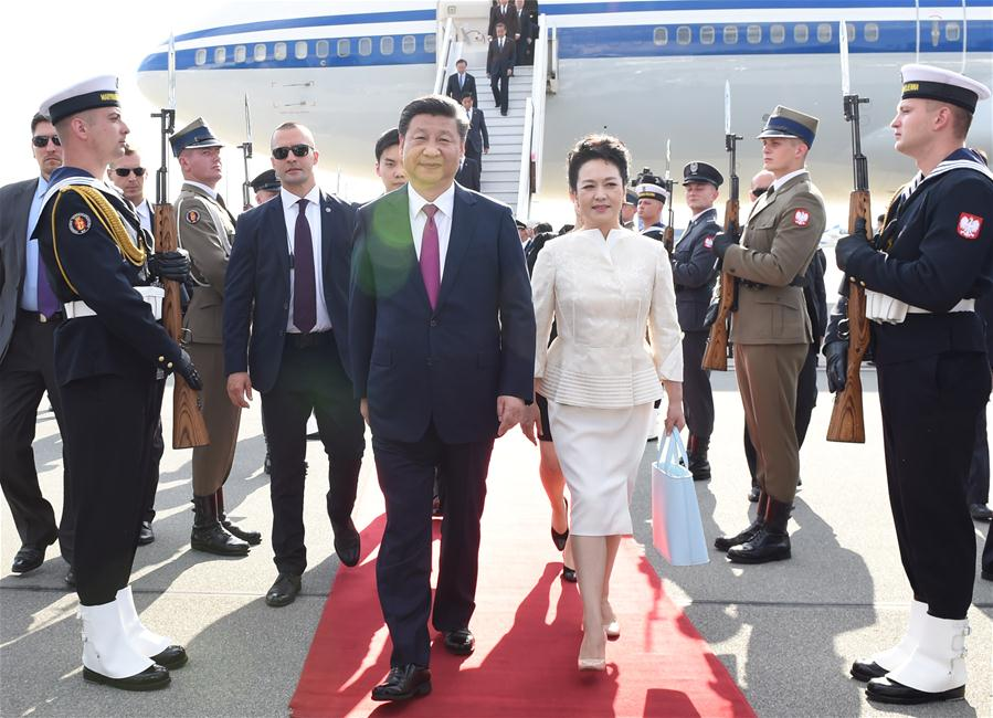 Chinese President Xi Jinping and his wife Peng Liyuan disembark from the plane upon their arrival in Warsaw, Poland, June 19, 2016. Xi Jinping arrived in Poland Sunday for a state visit. (Xinhua/Rao Aimin)