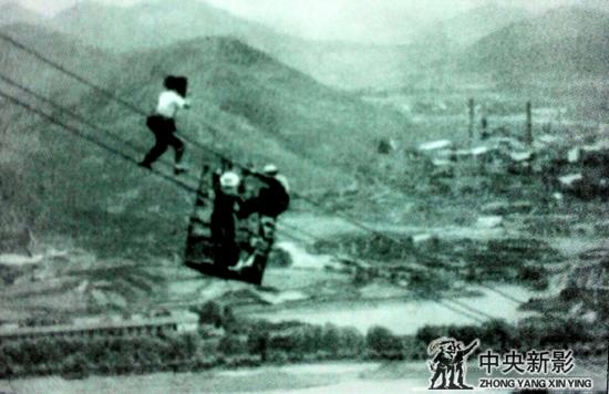 1982年,湖北驻站时在百米高空拍长江架线。