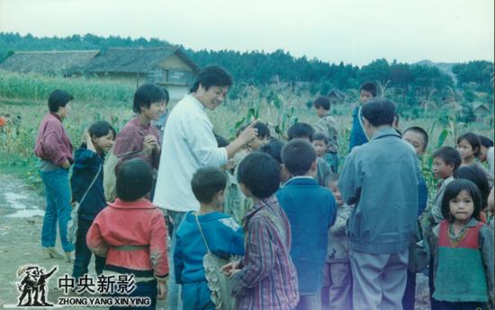 90年代初,在贵州拍摄贫困山区和孩子们在一起。