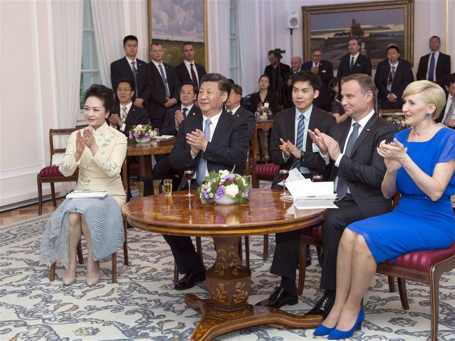 Chinese President Xi Jinping (front, 2nd L) and his wife Peng Liyuan (front, 1st L) watch a performance of Polish folk song and dance with Polish President Andrzej Duda (front, 2nd R) and his wife Agata Kornhauser-Duda (front, 1st R) in Warsaw, Poland, June 19, 2016.(Xinhua/Xie Huanchi)