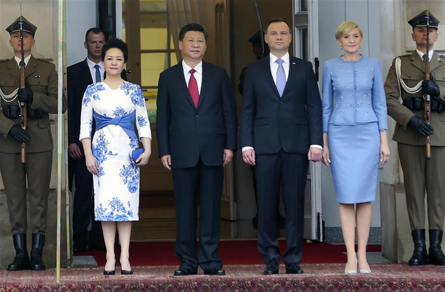 Chinese President Xi Jinping (2nd L front) attends a welcoming ceremony held by Polish President Andrzej Duda (2nd R front) in Warsaw, Poland, June 20, 2016. (Xinhua/Lan Hongguang)