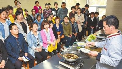宜阳县培训中心的学员们学习特色小吃制作。