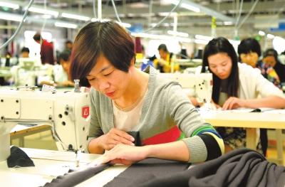 汝阳县500余名农家女在家门口一服装企业就业。⑨2康红军摄