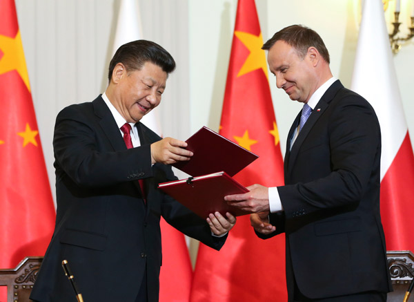 President Xi Jinping (L) and his Polish counterpart Andrzej Duda attend a signing ceremony in Warsaw on June 20, 2016. [Photo/Xinhua]