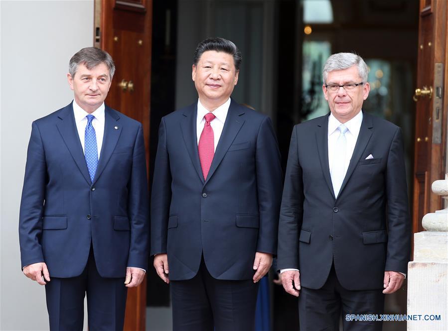 El presidente de China, Xi Jinping (c), se reúne con Marek Kuchcinski (i), presidente de la cámara baja del Parlamento polaco (Sejm), y con el presidente del Senado polaco, Stanislaw Karczewski (d), en Varsovia, Polonia, el 20 de junio de 2016. (Xinhua/Yao Dawei)