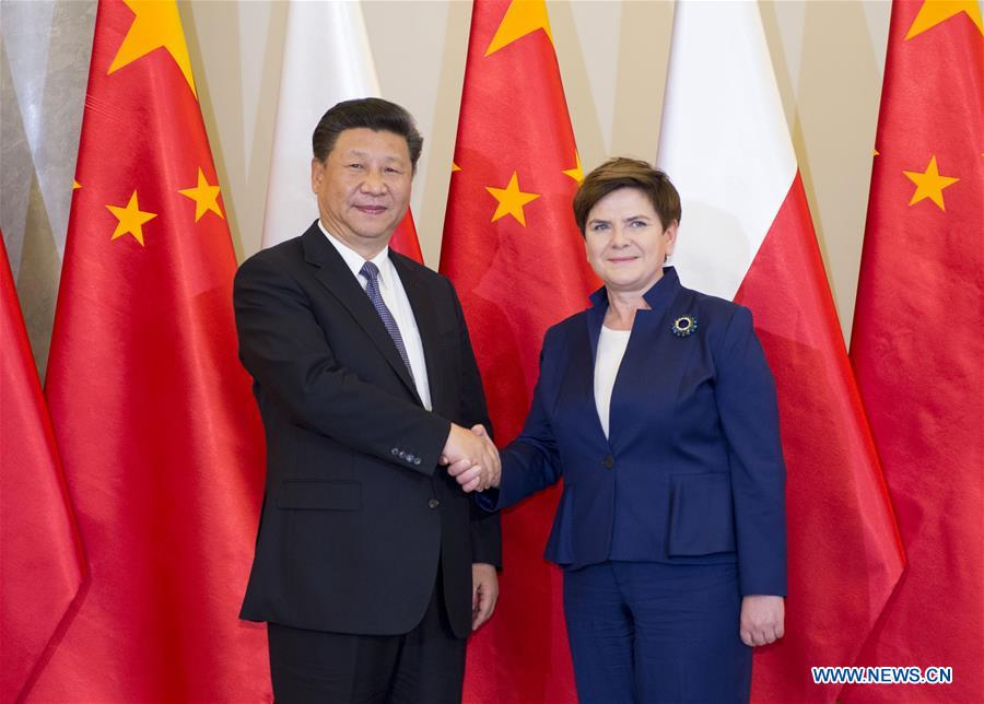 Chinese President Xi Jinping (L) meets with Polish Prime Minister Beata Szydlo in Warsaw, Poland, June 20, 2016. (Xinhua/Xie Huanchi)