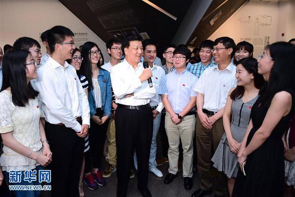 6月19日至20日,中共中央政治局常委、中央书记处书记刘云山在上海调研。这是6月19日,刘云山在上海交通大学钱学森图书馆与学生交流。新华社记者 张铎 摄