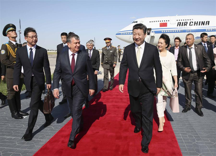 BUKHARA, June 21, 2016 (Xinhua) -- Chinese President Xi Jinping (R,front) and his wife Peng Liyuan are greeted by Uzbek Prime Minister Shavkat Mirziyoev (L,front) and Governor of Bukhara Province Muhiddin Esanov upon their arrival at Bukhara International Airport, Uzbekistan, June 21, 2016. Xi Jinping arrived for a state visit to Uzbekistan and will attend the 16th meeting of the Council of Heads of State of the Shanghai Cooperation Organization (SCO) in Tashkent. (Xinhua/Lan Hongguang)