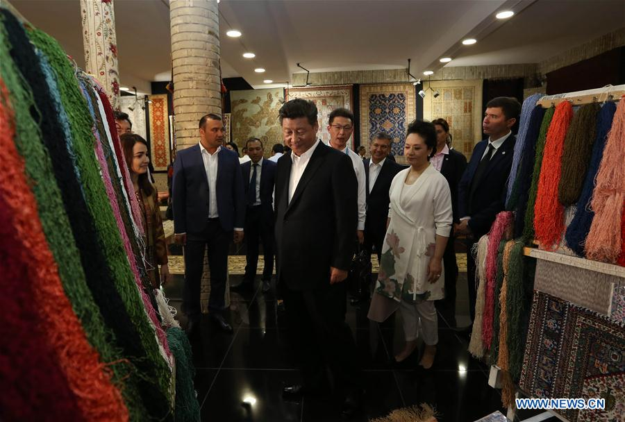 BUKHARA, June 21, 2016 (Xinhua) -- Chinese President Xi Jinping (C,front) and his wife Peng Liyuan visit a carpet and silk workshop in the old city of Bukhara as accompanied by Uzbek Prime Minister Shavkat Mirziyoev, in Bukhara, Uzbekistan, June 21, 2016. (Xinhua/Lan Hongguang)