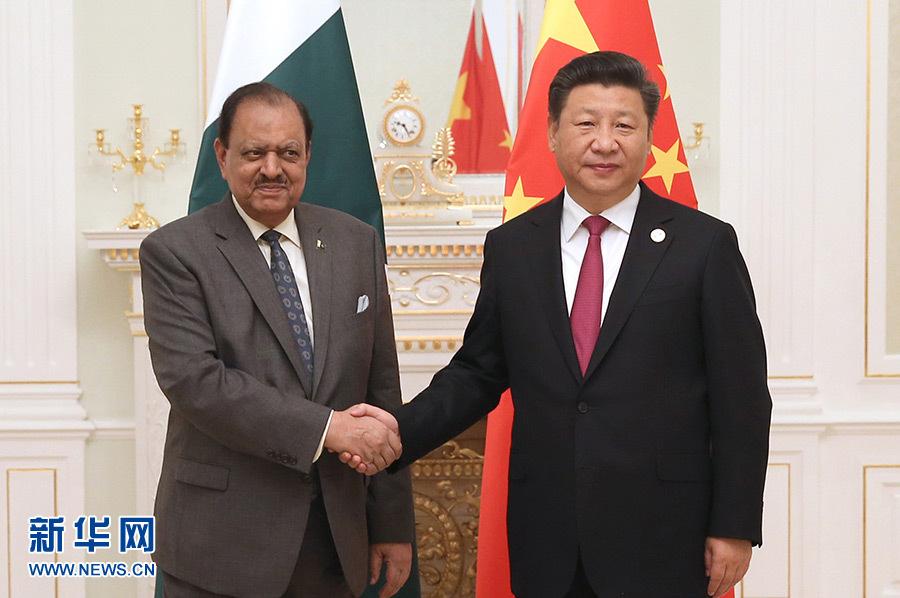 Chinese President Xi Jinping (R) meets with Pakistani President Mamnoon Hussain in Tashkent, Uzbekistan, June 23, 2016.