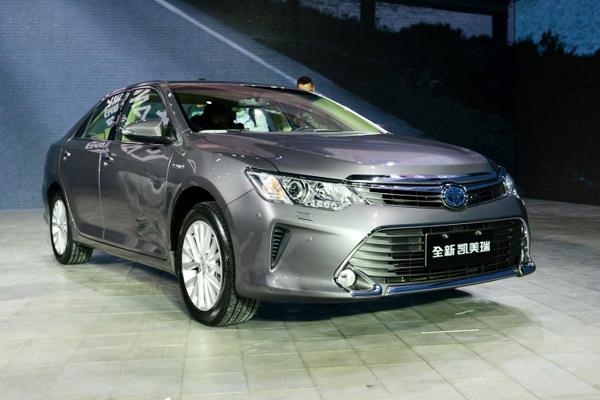 索纳塔九混合动力版 另据东风悦达起亚官方介绍,截止2020年,东风悦达起亚共计划推出6部新能源车型,其中包括1款华骐、1款K3级别纯电动轿车、1款KX3纯电动SUV共三款纯电动车型。其中,预计于今年11月量产的全新一代华骐电动车,其续航能力可达250KM以上,具备国内领先水准,而另外两款即将推出市场的纯电动汽车,也具备优秀的品质与竞争实力。除了本次上市的K5混动版,还有1款K5插电式混合动力汽车,1款K3插电式混合动力汽车也将陆续推出市场,力争到2020年,能够形成年产销售10万台新能源汽车的规模。