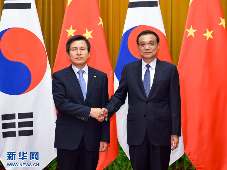 Chinese Premier Li Keqiang has met South Korean Prime Minister Hwang Kyo-ahn on the sidelines of the Summer Davos forum in northern China