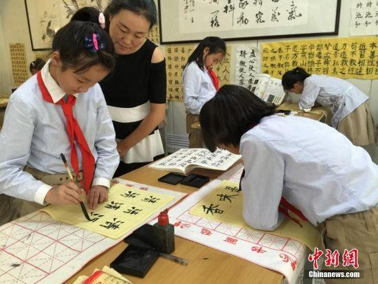图为小学生在进行书法课程. 刘薛梅 摄