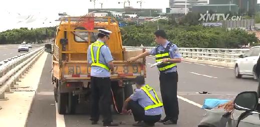 记者赶到现场时,事故中的奥迪黑色小轿车还停靠在五缘大桥往会展方向的左侧车道上,车头已经被撞得面目全非,车身和地上散落着渣土,在小轿车前方还停着一辆公路养护车,车旁的地面上一名男子已经没有了生命迹象。记者了解到,死者是在桥面上清理泥土的公路养护工人,他的工友告诉记者,事发前,他们在桥面上设置了反光锥,提醒驶来的车辆注意避让。可是,正当他们作业时,突然一辆小轿车从他们身后冲过来,其中一名养护工人当场被撞身亡。