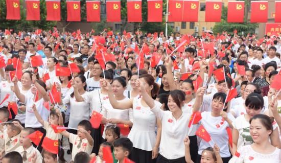 6月25日,山西运城市5000余名业主手持党旗,欢聚在小区感恩广场,庆祝中国共产党建党95周年。