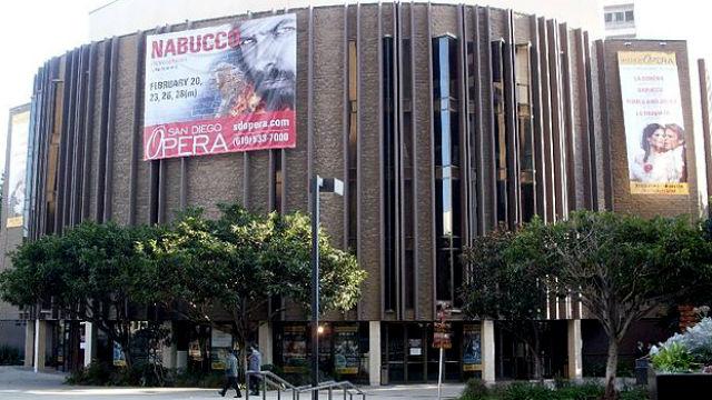 位于圣地亚哥市中心的市民剧院外悬挂着圣地亚哥歌剧院的宣传横幅