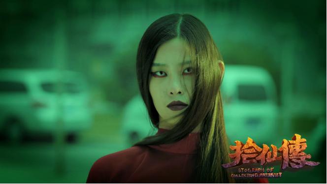 红衣学姐一直缠着女主邹敏不放,阴魂不散地刺激观众视听,恐怖感刺入