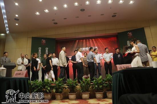 """领导专家为各景区授""""新三峡十大旅游新景观""""奖牌"""