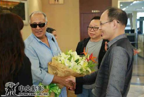 阿巴斯参加亚青展时与王平先生