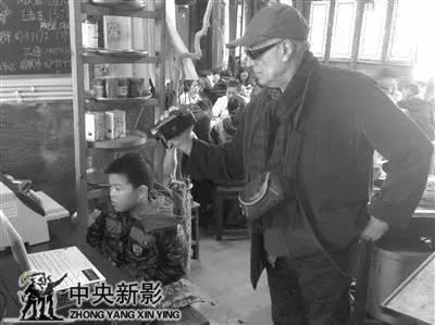 阿巴斯为《杭州之恋》在梅家坞拍摄素材