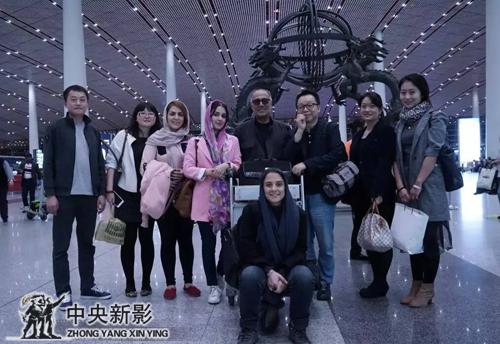 2015年阿巴斯回伊朗时在机场与工作人员的合影