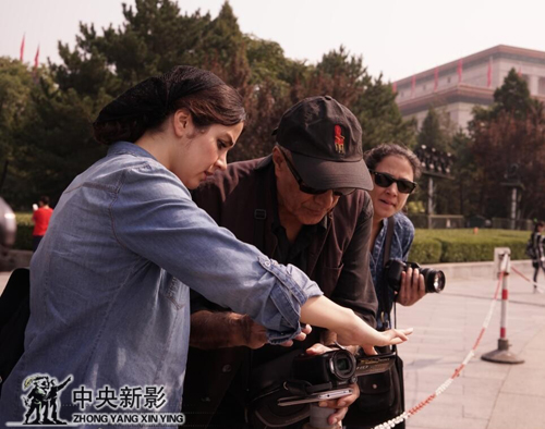 阿巴斯导演在为电影的拍摄找感觉