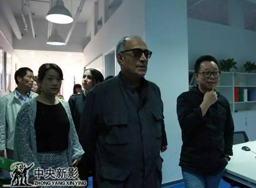 阿巴斯参观工作室与杨才旺先生、王平先生相谈甚欢。