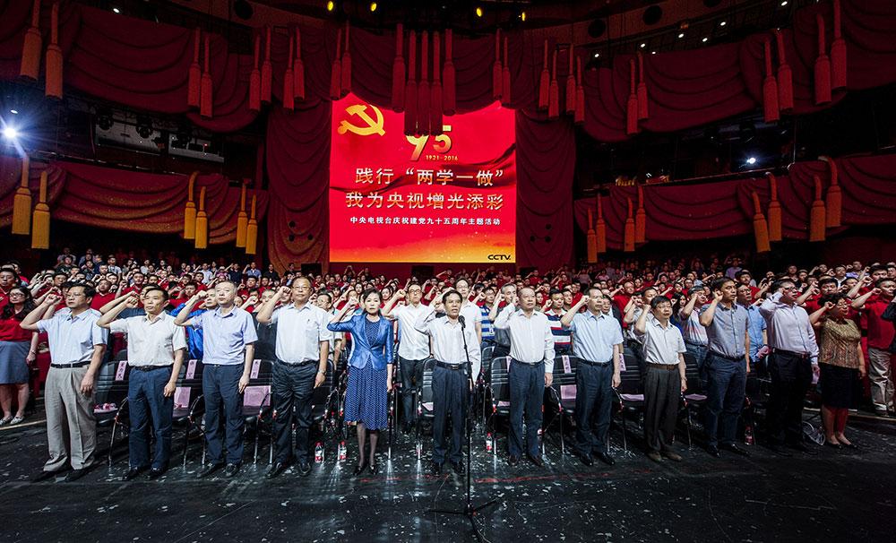 活動現場,聶辰席帶領新黨員莊嚴宣誓,老黨員一起重溫入黨誓詞。