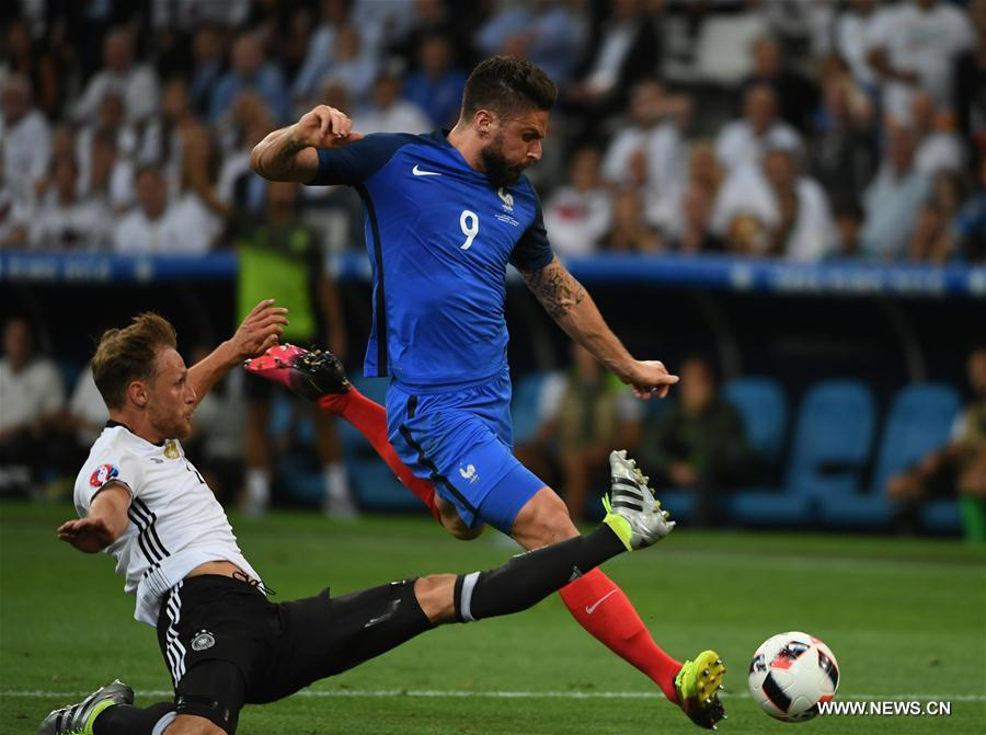 Olivier Giroud (R) of France competes during the Euro 2016 semifinal match between France and Germany in Marseille, France, July 7, 2016. (Xinhua/Guo Yong)