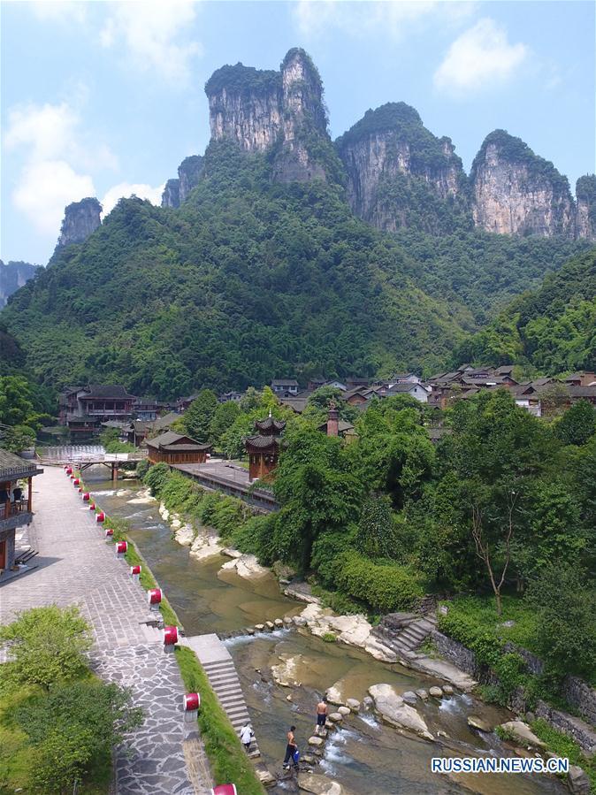 Вид сверху на мяоскую деревню Дэхан в горах провинции Хунань