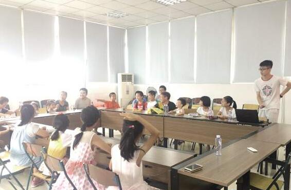魏潞炜的课堂趣味十足,互动性强。