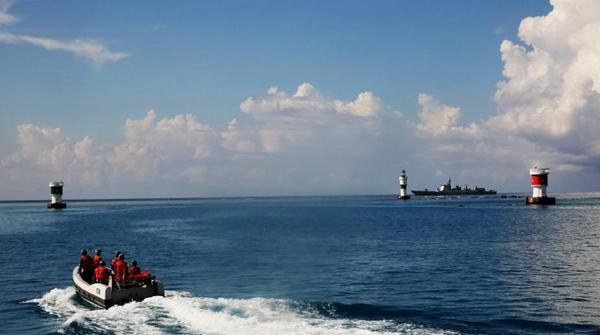 【熊猫观察原创】中国国家主席习近平7月12日在会见欧洲理事会主席图斯克和欧盟委员会主席容克时指出:南海诸岛自古以来就是中国领土。中国在南海的领土主权和海洋权益在任何情况下不受所谓菲律宾南海仲裁案裁决的影响。中国不接受任何基于该仲裁裁决的主张和行动。中国一贯维护国际法治以及公平和正义,坚持走和平发展道路。中国坚定致力于维护南海和平稳定,致力于同直接有关的当事国在尊重历史事实的基础上,根据国际法,通过谈判协商和平解决有关争议。 7月12日,一个临时组建的仲裁庭在海牙就菲律宾阿基诺政府单方面提起的所谓南海仲裁
