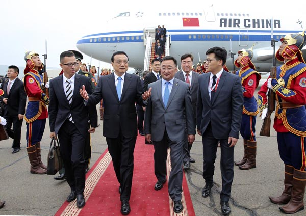 Chinese Premier Li Keqiang, second from left, arrives in Ulan Bator, capitcal city of Mongolia, on July 13, 2016 for an official visit to Mongolia and the 11th Asia-Europe Meeting summit. [Photo/Provided to China Daily]