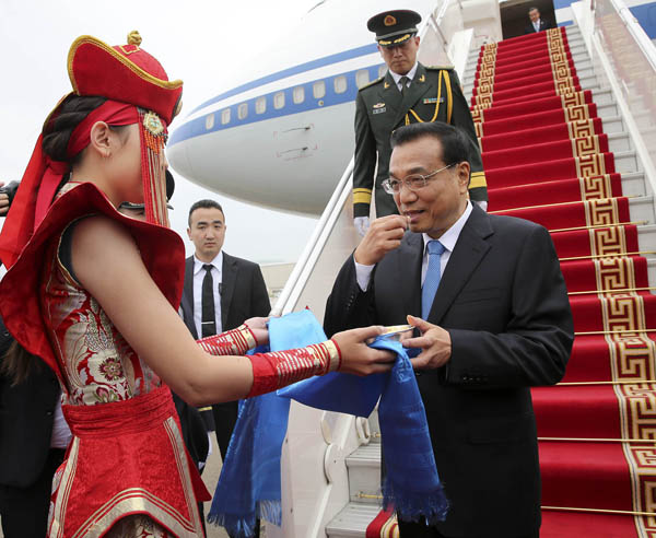 Chinese Premier Li Keqiang, second from right, arrives in Ulan Bator, capitcal city of Mongolia, on July 13, 2016 for an official visit to Mongolia and the 11th Asia-Europe Meeting summit. [Photo/Provided to China Daily]
