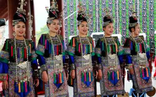 侗族姑娘在为游客演唱迎客歌