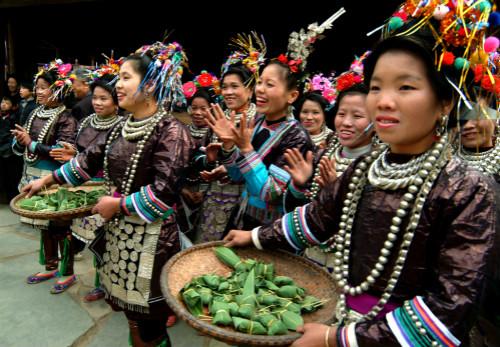 侗族妇女用粽粑款待迎亲的队伍