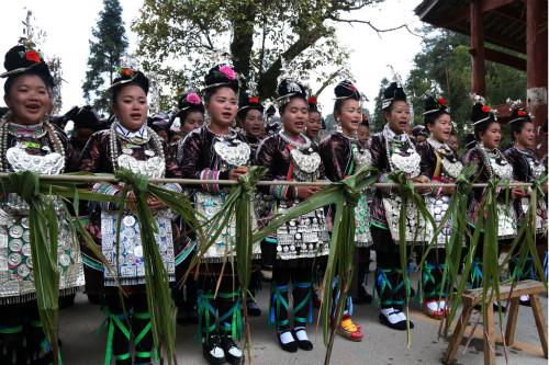 """贵州黎平黄岗侗族群众在寨门拦路迎宾唱""""侗族大歌"""""""