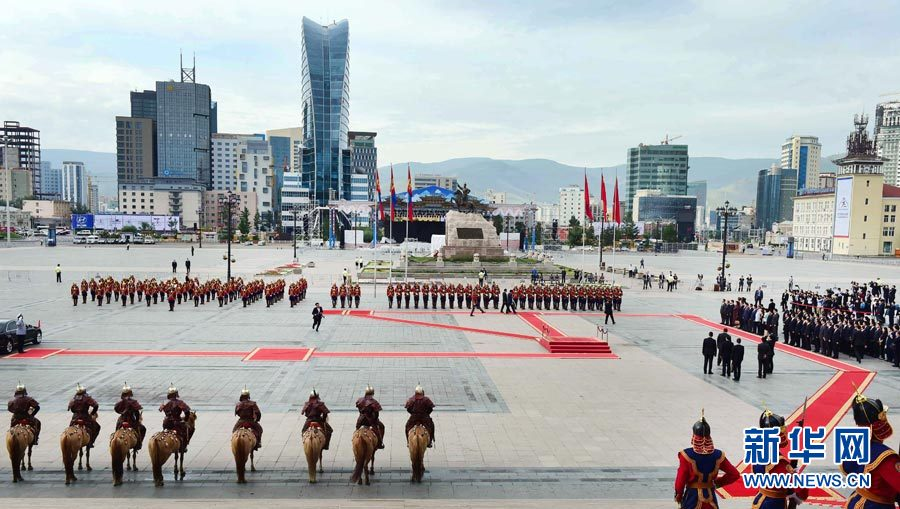Chinese Premier Li Keqiang is greeted by his Mongolian counterpart, Prime Minister Jargaltulga Erdenebat at a welcoming ceremony on July 14, 2016 at Chinggis Khaan Square in Ulan Bator. Li Keqiang is paying an official visit to Mongolia, where he is also scheduled to attend the 11th summit of ASEM, an intergovernmental forum aimed at fostering political dialogue and boosting cooperation in various areas across Asia and Europe. [Photo: Xinhua]