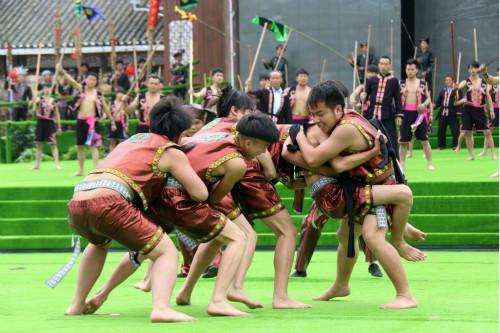 侗族群众在黔东南州第三届旅游产业发展大会开幕式上表演侗族摔跤