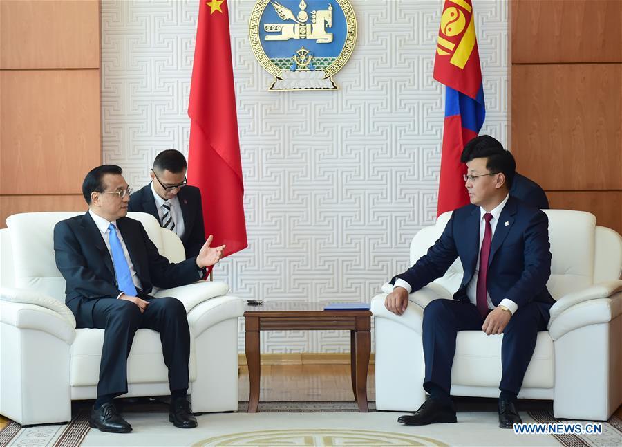 Chinese Premier Li Keqiang (L) holds talks with Mongolian Prime Minister Jargaltulga Erdenebat in Ulan Bator, Mongolia, July 14, 2016.