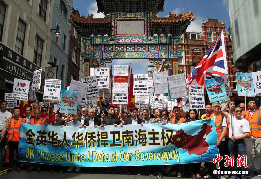 Photo taken on July 16, 2016 shows Chinese protesters from across Britain gathered in London to take part in a mass demonstration to protest against the award issued by an ad hoc tribunal concerning the South China Sea. [Photo: Chinanews.com]