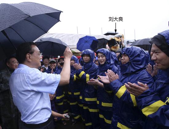 7月6日,新影集团时政部摄影师刘大良随李克强总理在湖北武汉长江干堤进行拍摄工作。