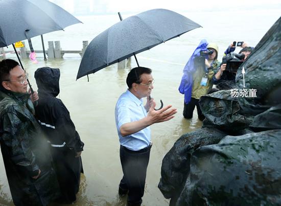 7月6日,新影集团时政部摄影师杨晓童随李克强总理在湖北武汉长江干堤进行拍摄工作。