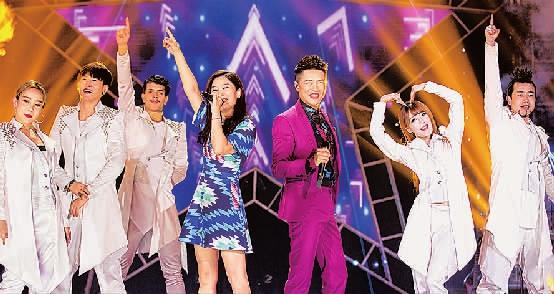 《超级版》的舞美设计出自近几年春晚舞美总设计师陈岩之手.